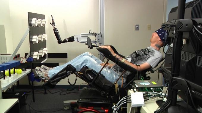 '브레인-컴퓨터 인터페이스(BCI)' 기술을 이용해 사람의 생각으로 로봇 팔을 움직이는 모습. - UPMC 제공